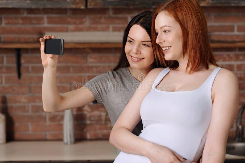 女同性恋15p_拿着手机的高兴微笑的女同性恋者