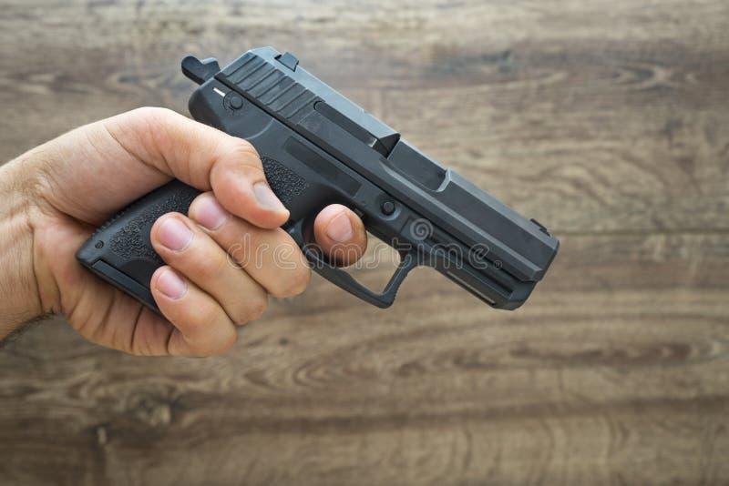 拿着手枪枪的Îœasculine手 免版税图库摄影