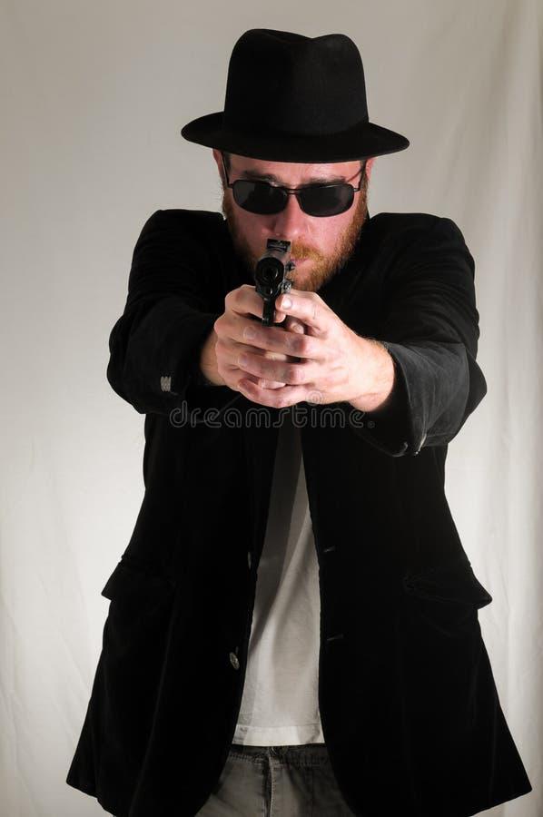 拿着手枪枪的人 免版税库存照片