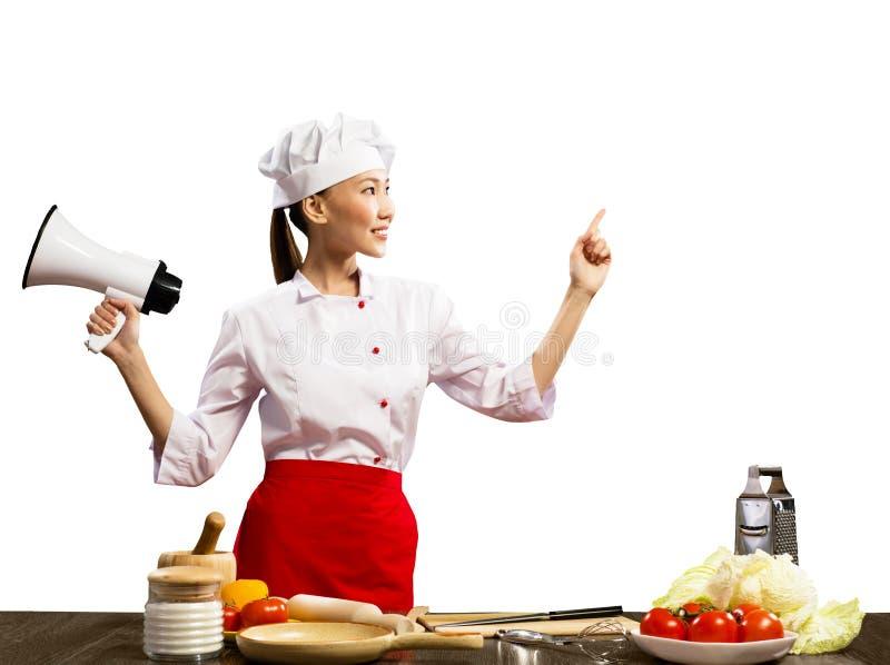 拿着扩音机的亚裔女性厨师 免版税库存图片