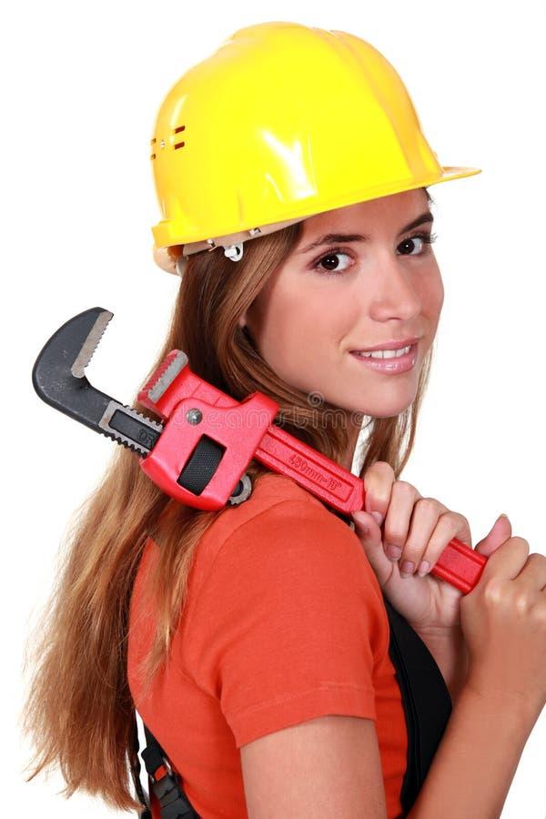拿着扳手的女工匠 免版税库存图片