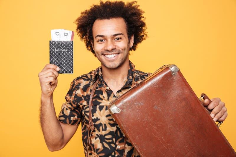 非洲人的生活黄色片_拿着护照和手提箱的愉快的非洲人