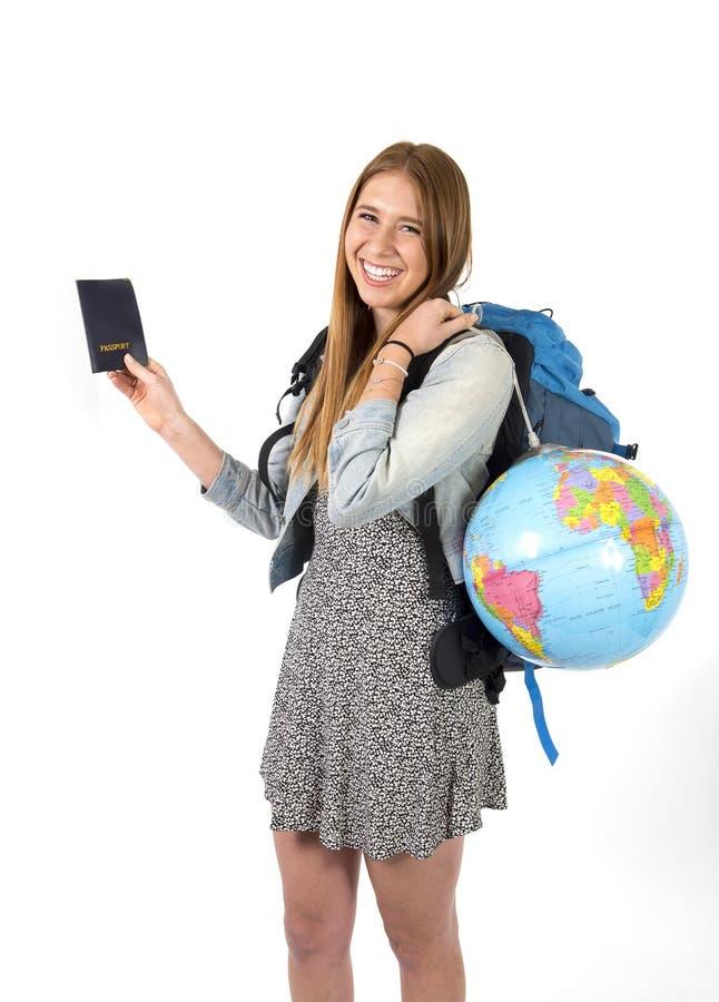 年轻拿着护照运载的背包和世界地球的学生旅游妇女 库存图片
