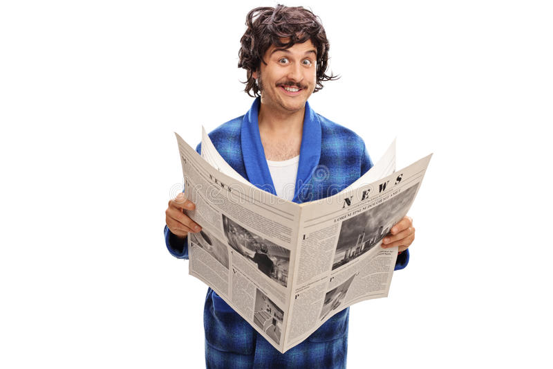 拿着报纸的快乐的年轻人 免版税库存照片