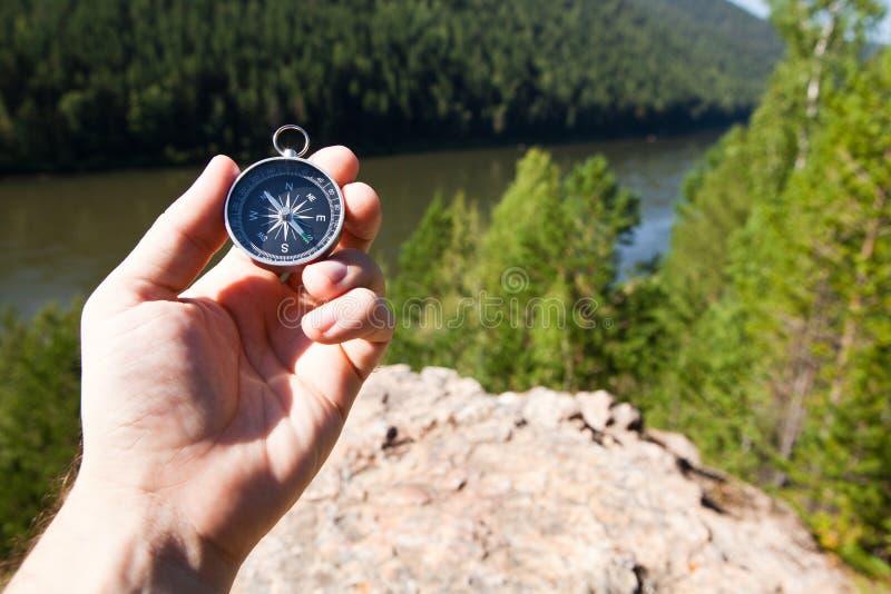拿着指南针的手 免版税库存图片