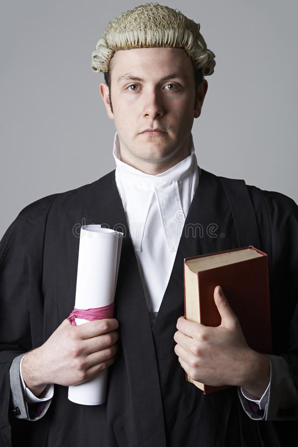 拿着摘要和书的律师演播室画象 免版税库存图片