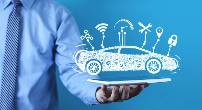 拿着数字式片剂的人 现代巧妙的汽车 运输,技术概念 库存图片