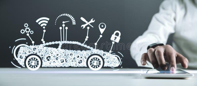 拿着数字式片剂的人 现代巧妙的汽车 运输,技术概念 免版税库存图片