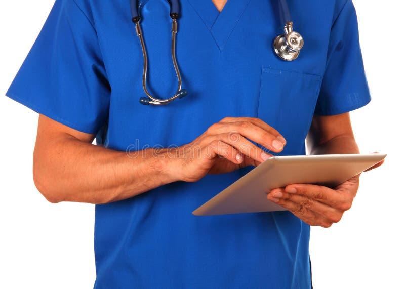 拿着数字式片剂的男性医生被隔绝在白色背景 库存照片