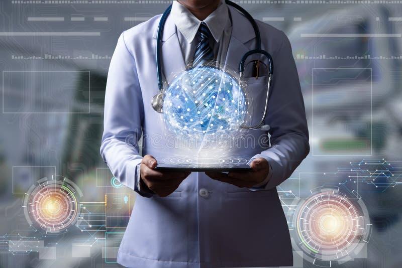 拿着数字设备的医生显示与全球性conne的全息图 库存照片