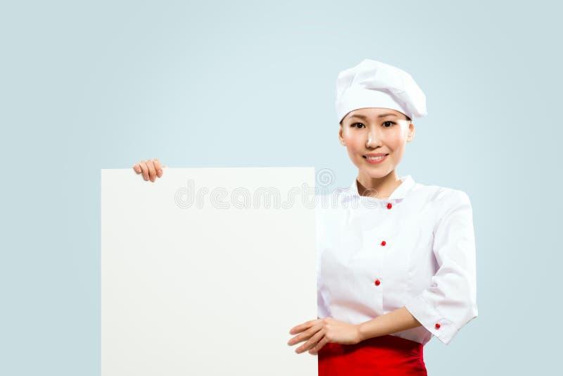 拿着文本的亚裔女性主厨海报 免版税库存图片