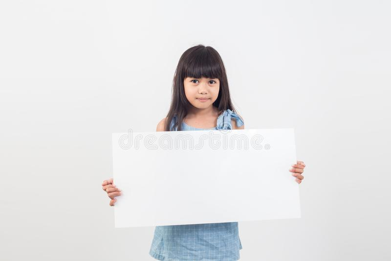 拿着文本的亚裔学生女孩一张空白的海报 库存图片
