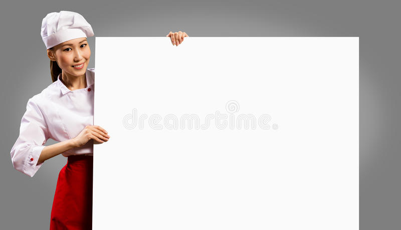 拿着文本的女性厨师一张海报 免版税图库摄影