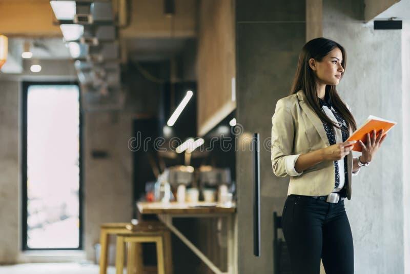 拿着文件的女实业家 免版税库存照片