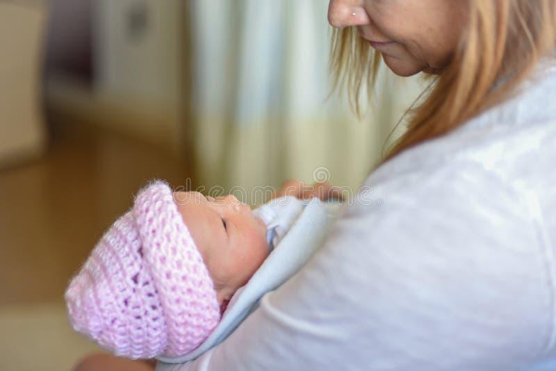 拿着新出生的妇女的婴孩 免版税图库摄影