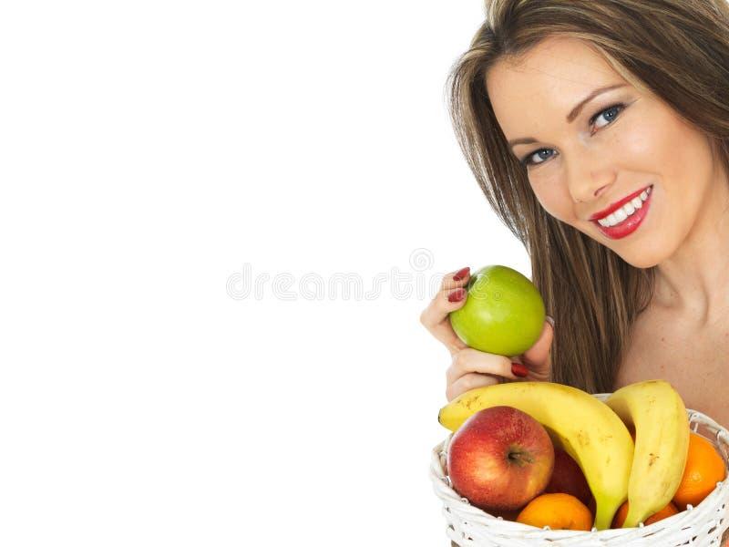 拿着新鲜水果的篮子少妇 免版税库存图片