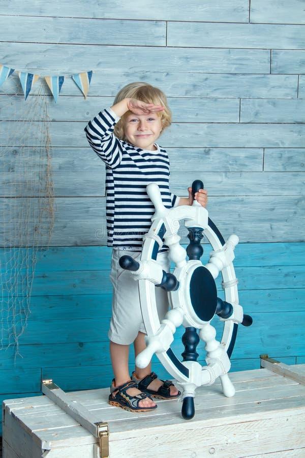 拿着方向盘的孩子 免版税图库摄影