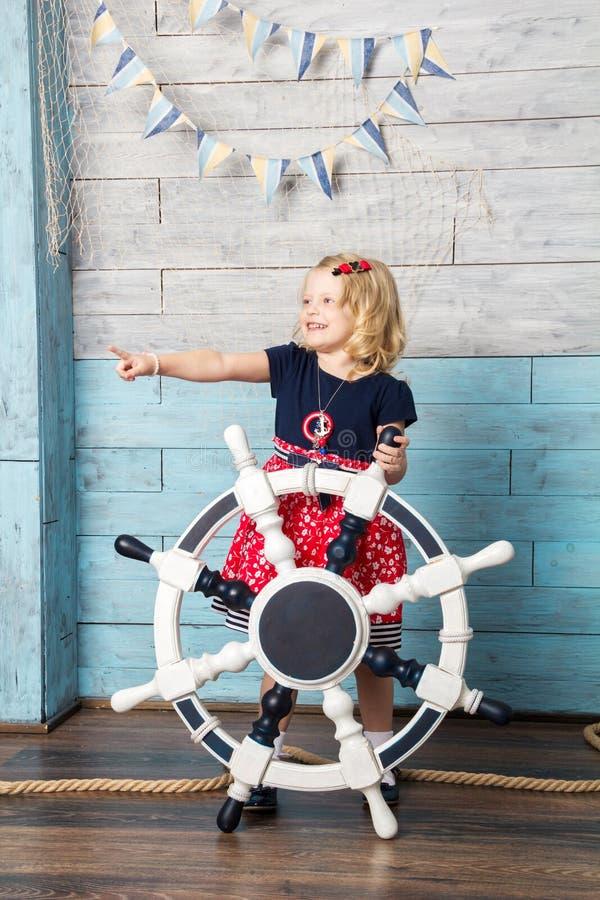 拿着方向盘的小女孩 图库摄影
