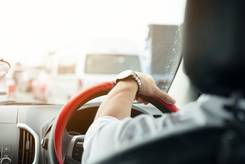 拿着方向盘的汽车司机手 免版税图库摄影