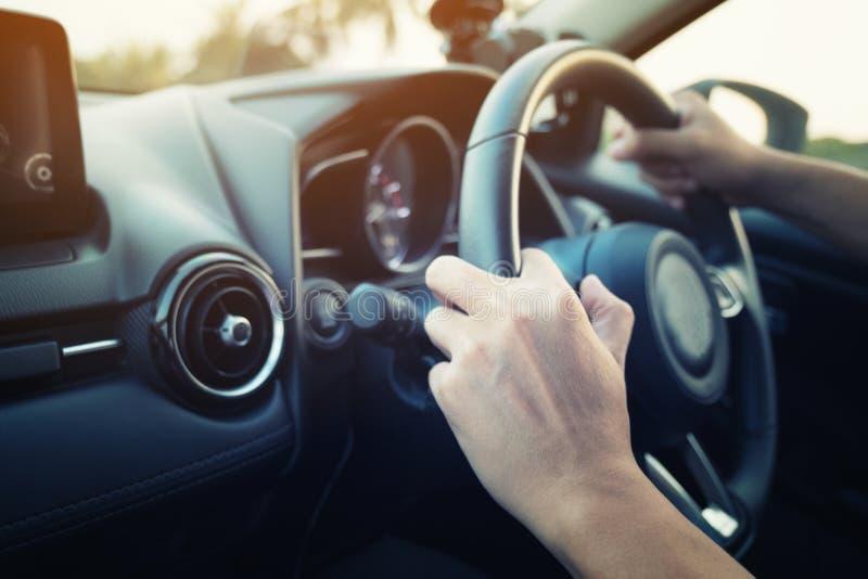 拿着方向盘的汽车司机手 免版税库存照片