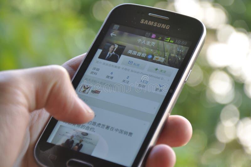 拿着智能手机的人手 免版税库存图片