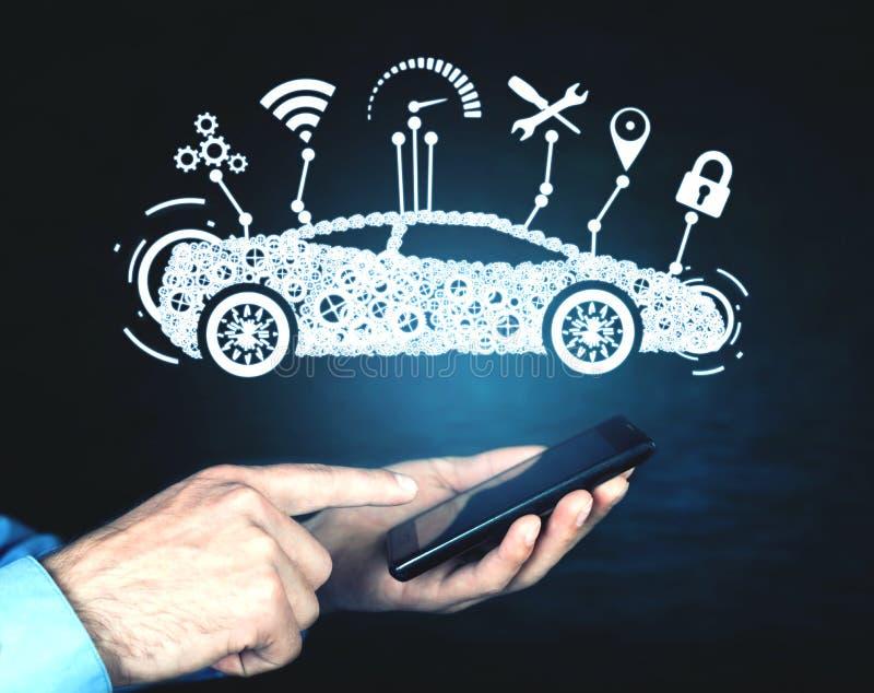 拿着智能手机的人 现代巧妙的汽车 运输,技术概念 免版税库存照片