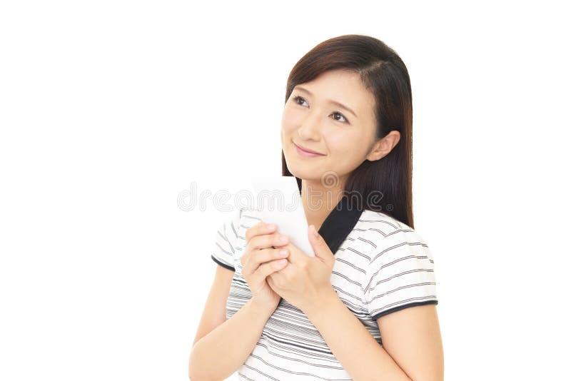 拿着智能手机的妇女 图库摄影