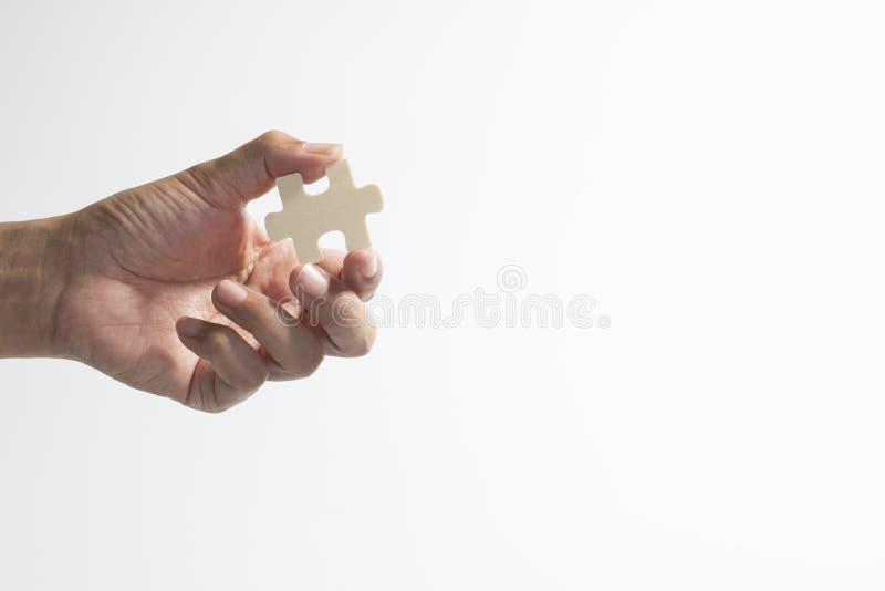 拿着曲线锯的片断的手 库存照片