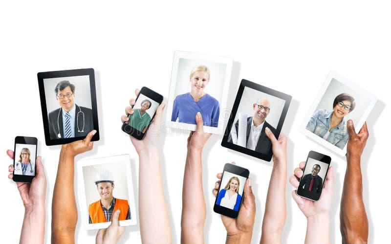 拿着有专业人民的图象的手数字式设备 免版税图库摄影