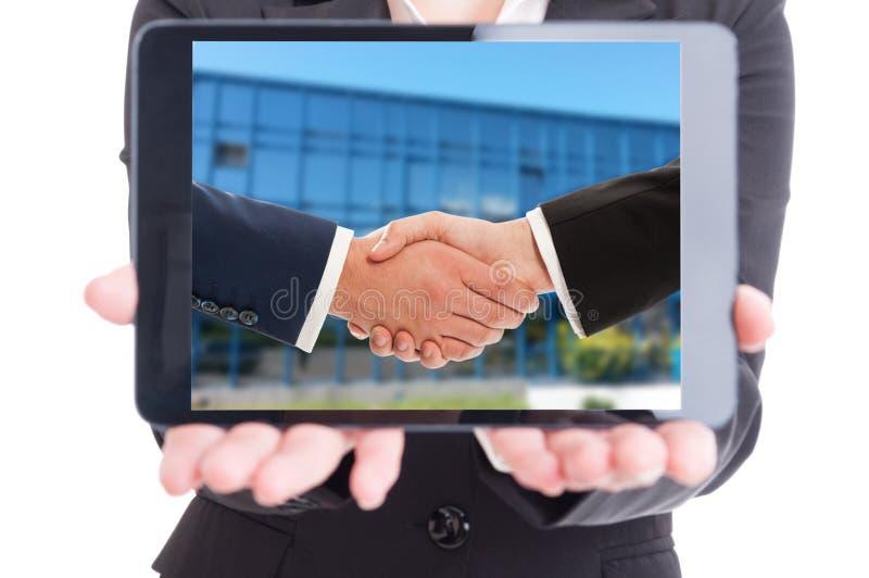 拿着有买卖人握手的女商人片剂在s 免版税库存图片