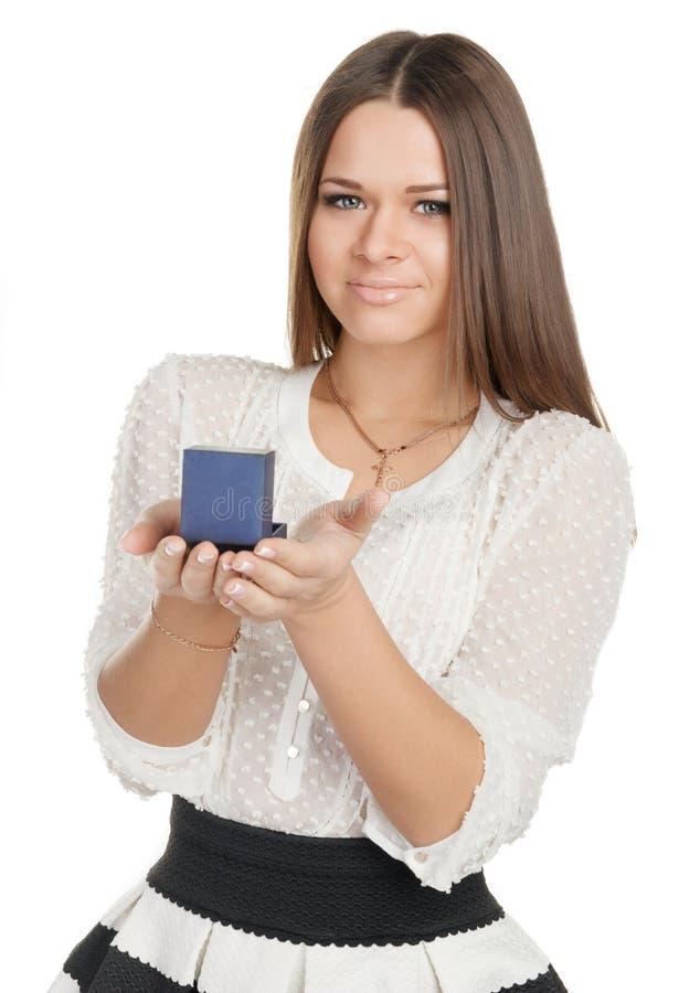 拿着有圆环的礼服的美丽的女孩一个箱子 免版税库存照片