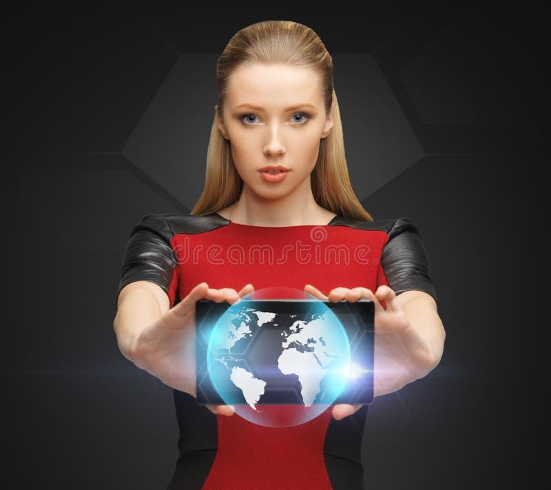 拿着有地球的标志的妇女片剂个人计算机 图库摄影