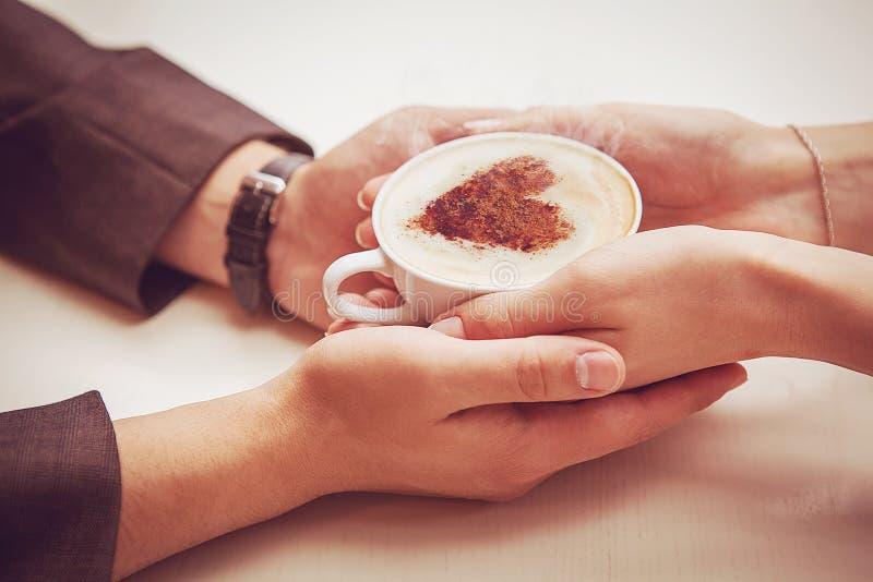 拿着有心脏的夫妇一个杯子 免版税库存图片