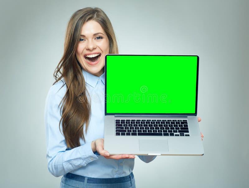 拿着有拷贝spase的s的微笑的女商人便携式计算机 库存照片