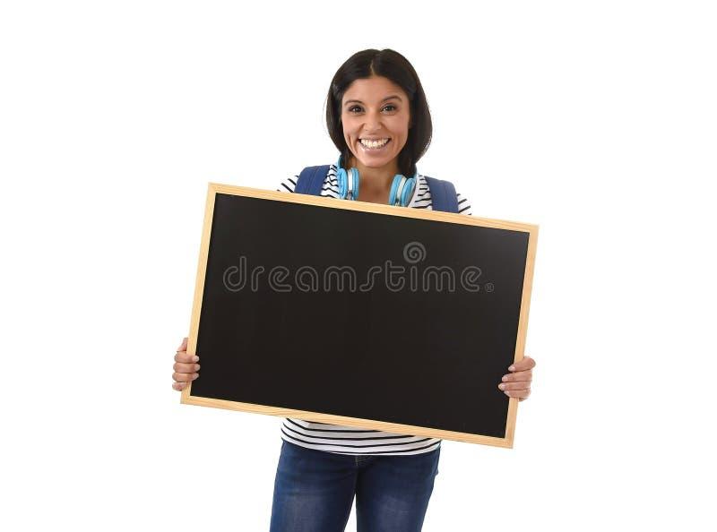 拿着有拷贝空间的西班牙妇女或女学生空白的黑板增加的消息 图库摄影