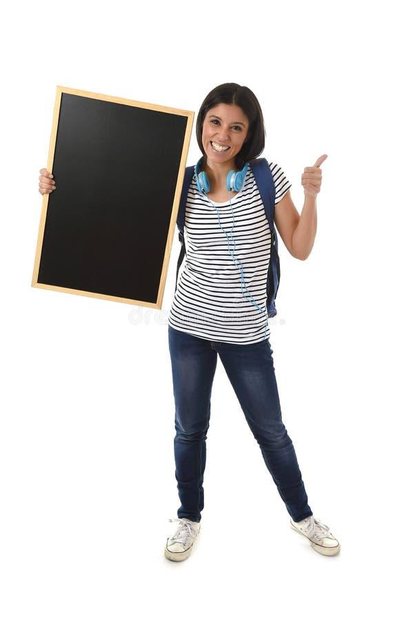 拿着有拷贝空间的西班牙妇女或女学生空白的黑板增加的消息 免版税库存照片