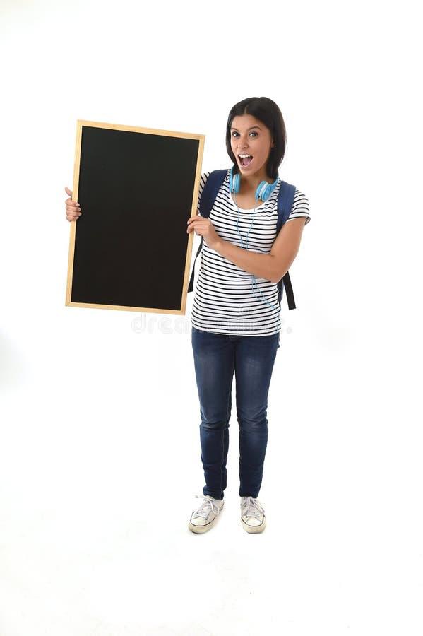 拿着有拷贝空间的西班牙妇女或女学生空白的黑板增加的消息 库存照片