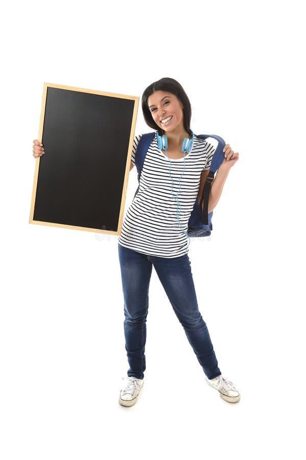 拿着有拷贝空间的西班牙妇女或女学生空白的黑板增加的消息 免版税库存图片