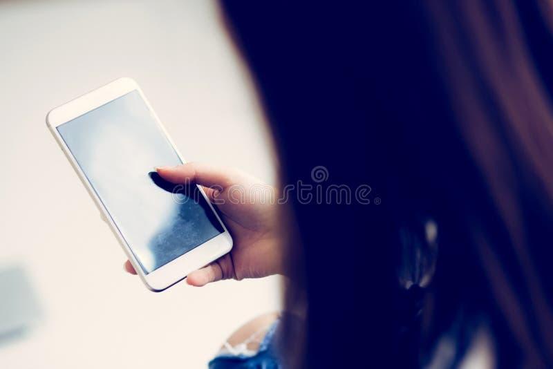 拿着有消息或电子邮件的, gir的妇女手巧妙的手机 免版税库存图片
