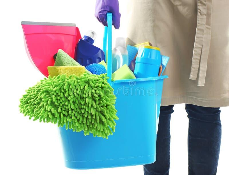 拿着有清洁产品和工具的妇女桶 免版税库存图片