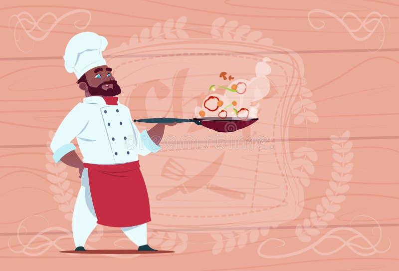 拿着有热的食物微笑的动画片的非裔美国人的厨师厨师煎锅在木的白色餐馆制服 皇族释放例证