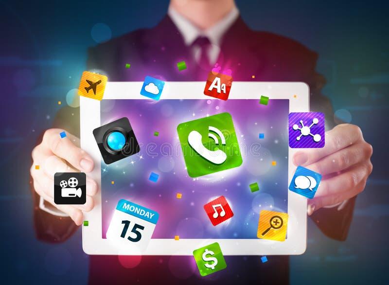 拿着有现代五颜六色的apps和象的商人一种片剂 向量例证