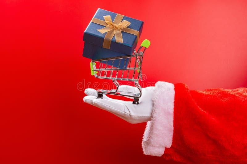 拿着有礼物的圣诞老人项目一手推车 图库摄影
