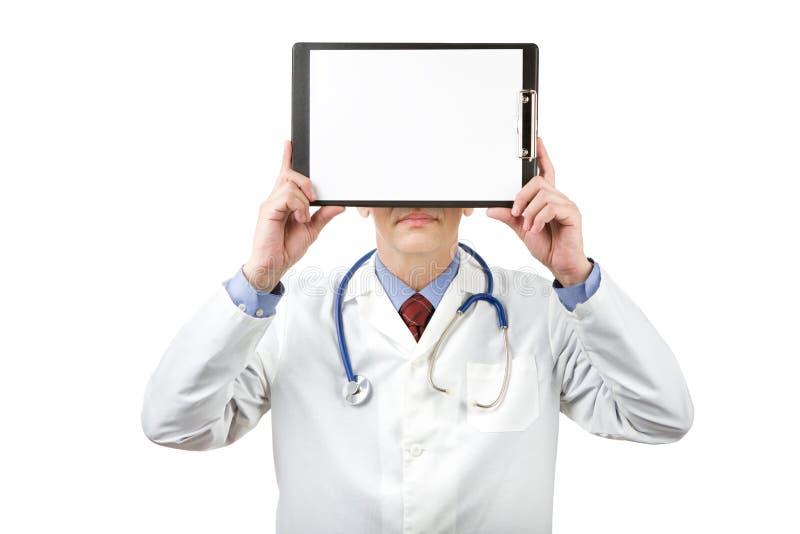 拿着有纸的医师剪贴板 免版税库存照片