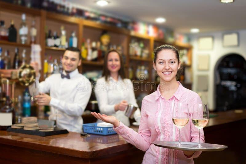 拿着有玻璃的女服务员盘子 免版税库存图片