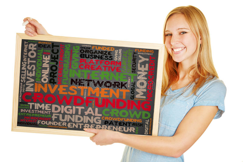 拿着有crowdfunding的概念的妇女黑板 免版税库存照片