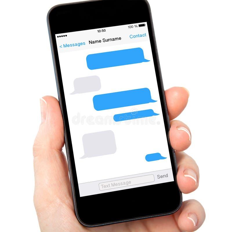 拿着有sms的被隔绝的妇女手电话在屏幕上聊天 免版税库存照片