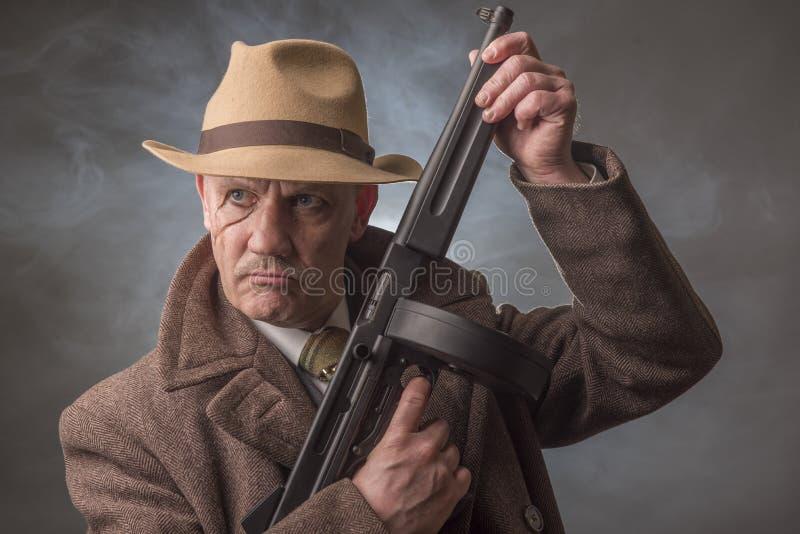 拿着机枪的20世纪40年代男性匪徒 库存图片