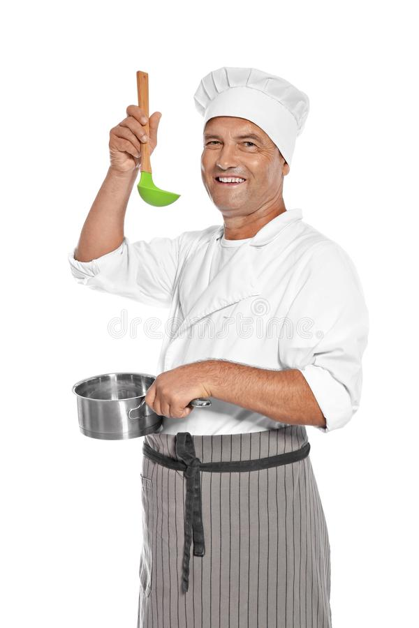 拿着杓子和平底深锅的成熟男性厨师 免版税图库摄影
