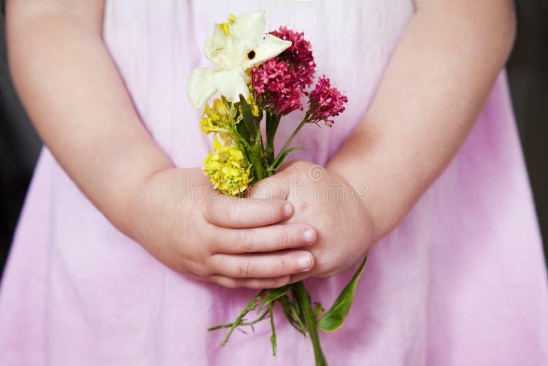 拿着束野花的女孩 库存照片